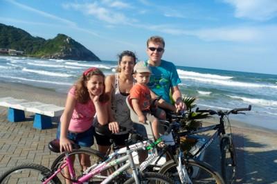 Família pedalando na prainha