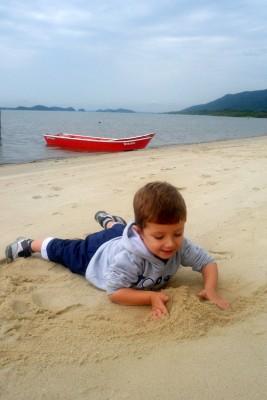 Guilherme se divertindo na areia da Vila da Glória
