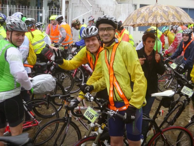 Eleonesio, eu e o Jeferson Bruning na largada, sob chuva. Foto: Manoel Behnke